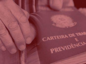 imagem com fundo vermelho. Simbolizando a reforma na previdência, uma pessoa segurando uma bengala com a carteira de trabalho na mão.
