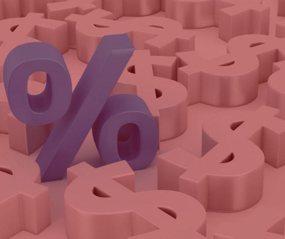 imagem com fundo vermelho, com o símbolo de porcentagem apresentado, simbolizando a ação revisional de juros. Simbolos nas cores azul e branco.