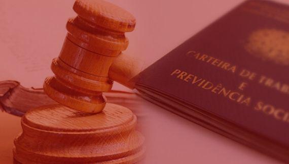 imagem com fundo vermelho representando o porque da Advocacia Previdenciária Preventiva, com martelo de justiça e carteira de trabalho. Cor da carteira de trabalho azul e do martelo marrom.