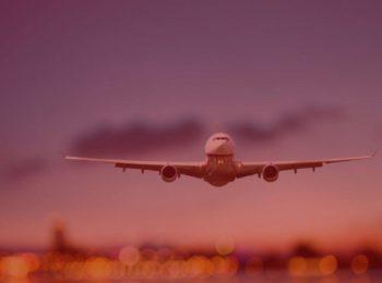 imagem com fundo vermelho. Simbolizando a notícia da autorização para viagem desacompanhada passa a ser exigida para crianças e adolescentes menores de 16 anos. Imagem com avião em decolagem do aeroporto.