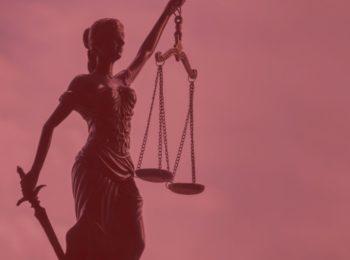 Direito fundamental do livre acesso ao judiciário. Imagem com fundo vermelho, estátua simbolizando o juizado.