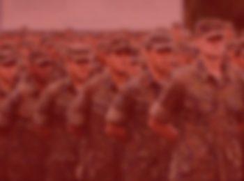 imagem com fundo vermelho, simbolizando a aposentadoria do militar, entenda como funciona. Na foto temos alguns militares perfilados em sentido. Militares com suas vestimentas tradicionais nas cores verdes.