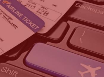 imagem com fundo vermelho. Trazendo como destaque a notícia de Consumidor será ressarcido por multa abusiva no cancelamento de passagens aéreas. imagem traz uma passagem aérea, e um teclado ao fundo. Cores azuis, preto e branco.