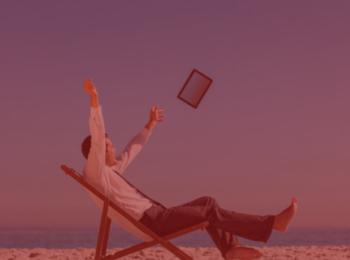 imagem com fundo vermelho. Artigo Quero tirar férias. Como funciona ? Homem sentado numa cadeira de praia trajando roupas de trabalho, camisa branca, calça social e descalço. Arremessando um tablet.