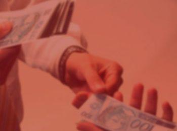 Imagem com fundo vermelho. Notícia: Banco é condenado por negativar nome de cliente vítima de fraude. Duas pessoas trocando dinheiro, notas de cem na cor azul.