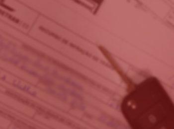 Imagem com fundo vermelho. Notícia: Detran/SP indenizará por cobrar multa de ex-proprietário de veículo. Foto com uma multa preenchida com caneta azul, e uma chave de carro em cima dela.