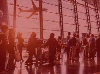 imagem com fundo vermelho. Atrasos e cancelamentos de voos - Direito dos passageiros como consumidores. Na foto, pessoas esperando para pegarem seus voos, voo atrasado. Pessoas de várias etnias e estilos.