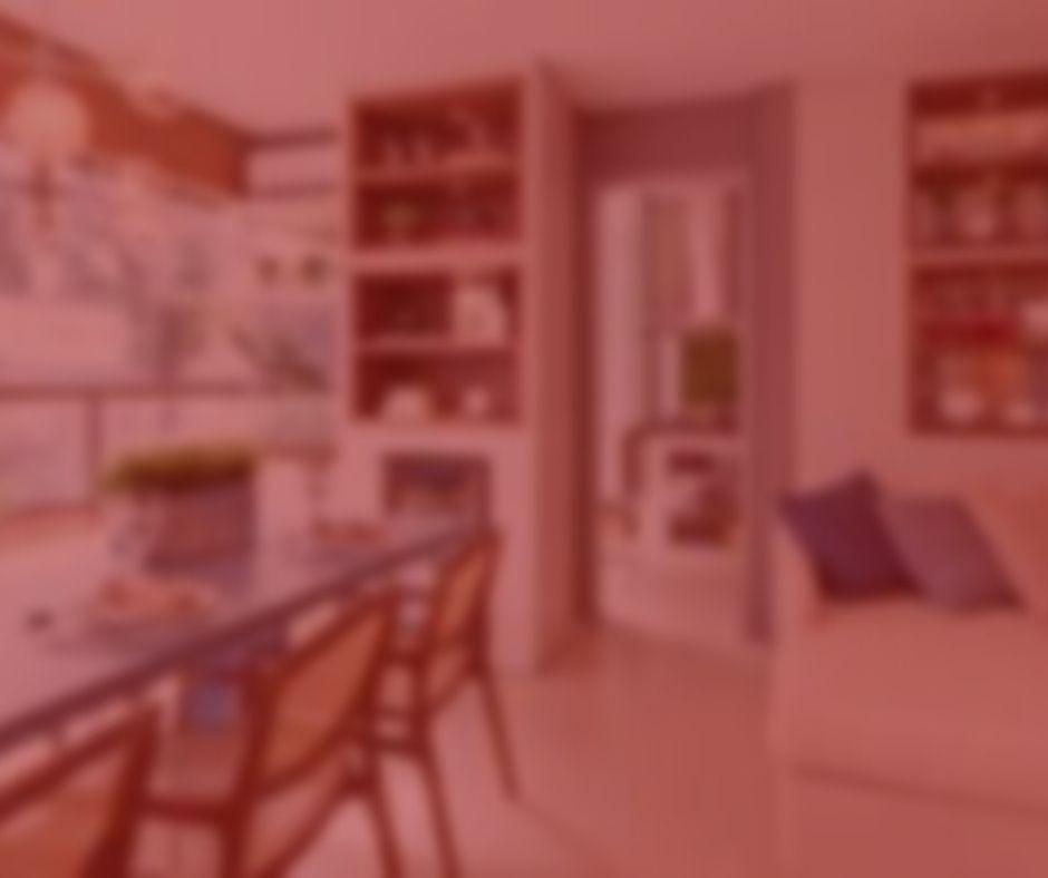 imagem com fundo vermelho. Notícia: Airbnb deve indenizar hóspede por más condições de apartamento. Na foto, um apartamento decorado com estante, mesa de jantar, sofá, sacada. Cores azuis, verdes e marrom.