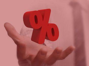 imagem com fundo vermelho. Notícia: Cobrança de juros de carência em contrato bancário é abusiva. Cores: branco, vermelho e cinza.