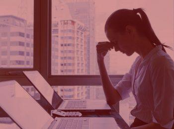 imagem com fundo vermelho. Notícia: Mulher será indenizada por ter conta de Facebook violada por empregador. Cores na foto, vermelho, branco, azul e cinza.