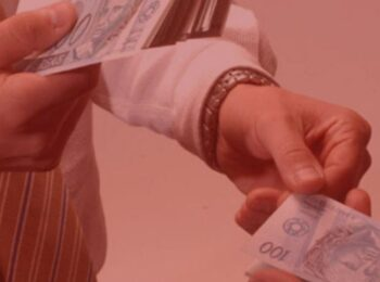 notícia: Restaurante pagará 30% do aluguel durante pandemia. #praCegover: na foto, um homem entregando dinheiro para outro. Cores na foto: vermelho, azul, prata e branco.