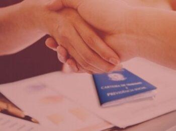 artigo: A COVID-19 e os acordos judiciais. #pracegover: na foto, uma pessoa apertando a mão da outra, em sinal de acordo judicial realizado. Cores na foto: preto, branco e azul.