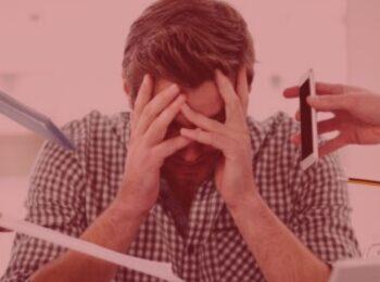 notícia: Empresa indenizará trabalhador em R$ 200 mil por doença ocupacional. #pracegover: Na foto, um homem com a mão na cabeça simbolizando uma dor. Cores na foto: preto, branco, cinza.