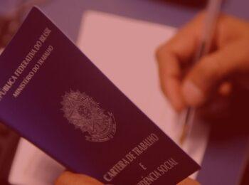 artigo: O aviso prévio e as formas de cumprimento. #Pratodosverem: na foto, uma pessoa preenchendo a carteira de trabalho. Cores na foto: azul, branco e preto.