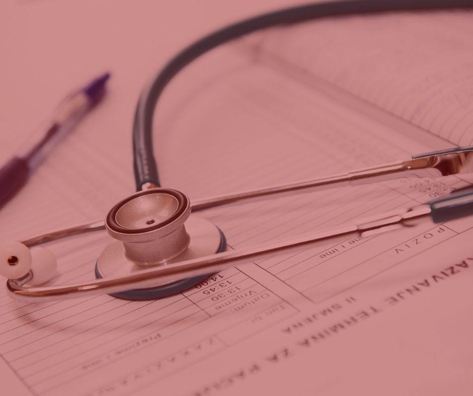 #pratodosverem: notícia: Plano de saúde deve cobrir tratamento integral de pacientes autistas. Na foto, um estetoscópio em cima dos exames. Cores na foto: verde, branco, azul e preto.