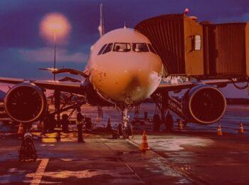 #pratodosverem: Nova lei traz regras para reembolso de passagens aéreas durante pandemia. Na foto, um avião parado no aeroporto, pronto para o embarque. Cores na foto: branco, preto, laranja e azul.
