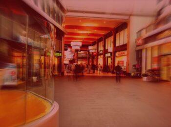 #pratodosverem: post: Direitos desconhecidos dos consumidores. Na foto, um corredor de shopping com pessoas realizando compras.