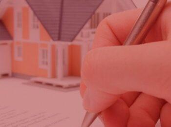 #pratodosverem: artigo: A retificação da metragem de imóvel em seu registro. Na foto, uma pessoa assinando o documento do imóvel, mais atras uma miniatura da casa. Cores na foto: branco, laranja, cinza e dourado.