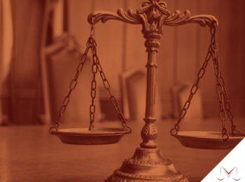 #pratodosverem: artigo: Do incidente de insanidade menta do acusado no processo penal. Na foto, uma mesa com a balança da justiça. Cores na imagem: dourado, preto e vermelho.