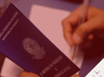#pratodosverem: post: Quais os direitos de quem não é registrado na carteira de trabalho? Na foto, uma pessoa analisando a uma carteira de trabalho. Cores na imagem: azul, branco e preto.
