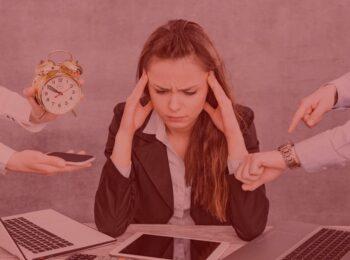 #pratodosverem: artigo: Acúmulo e desvio de função. Na foto, uma mulher pressionada pelas tarefas que está sendo cobrada para realizar. Cores na imagem: dourado, branco, preto, vermelho e laranja.