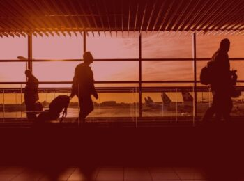 #pratodosverem: notícia: Passageiros serão indenizados por atraso de 9 horas em voo. Na foto pessoas caminhando no aeroporto. Cores na foto: amarelo, vermelho, branco e preto.
