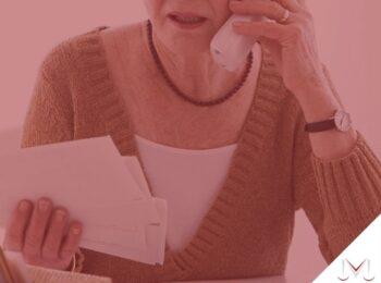#pratodosverem: artigo: Conta indevidamente pelo banco, e agora ? Na foto uma pessoa no telefone. Cores na imagem: branco, marrom, preto, e dourado.