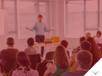 #pratodosverem: post: Se o consumidor desistir de um curso, tem direito a receber o valor das mensalidades pagas antecipadamente? Na foto um curso sendo aplicado dentro da sala de aula. Cores na imagem: verde, rosa, amareo, preto, azul.