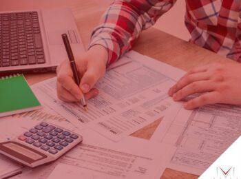 #pratodosverem: post: Como a pessoa jurídica paga o INSS? Na foto uma pessoa fazendo cálculos empresariais. Cores na imagem: branco, verde, azul, vermelho, cinza, preto e amarelo.