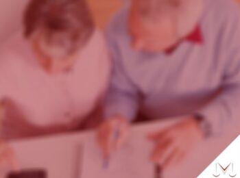 #pratodosverem: artigo: A contribuição previdenciária dos aposentados do Regime Geral de Previdência Social. Na foto, dois idosos conversando. Cores na imagem: branco, azul, vermelho e preto.