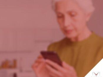 #pratodosverem: post: Quais os primeiros passos para pedir a aposentadoria ? Na foto, uma senhora esta mexendo no celular. Cores na imagem: verde, branco, preto e laranja.