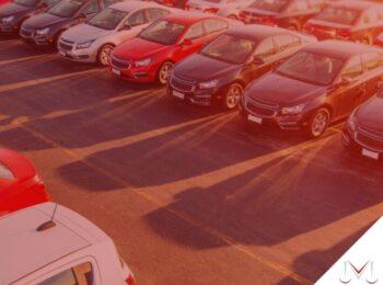 #pratodosverem: post: É possível usucapir bens móveis? Na foto carros estacionados. Cores na imagem: prata, vermelho, azul e amarelo.