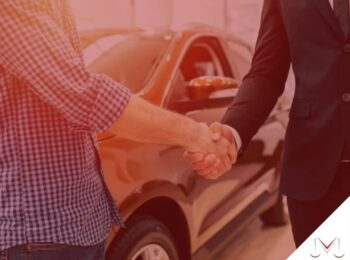 #pratodosverem: artigo: Os dez passos para celebrar uma compra de veículo bem sucedida. Na foto, duas pessoas apertando a mão uma da outra, concretizando uma negociação. Cores na imagem: preto, roxo, branco, dourado.