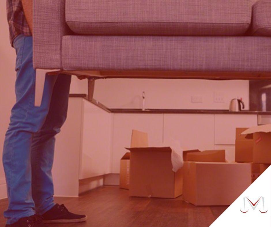 #pratodosverem: post: Qual é o prazo de valores em atraso para ser efetuado o pedido despejo por falta de pagamento em contrato de locação? Na foto, um homem carregando um sofá. Cores na imagem: azul, marrom, branco, preto e cinza.