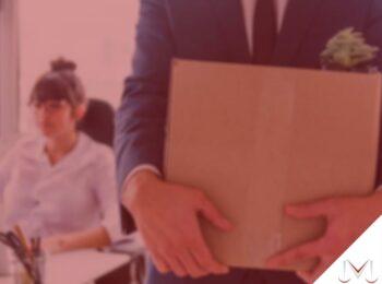 #pratodosverem: post: Como se solicita a rescisão indireta de um contrato de trabalho? Na foto uma pessoa carregando uma caixa de papelão. Cores na imagem: azul, branco, verde e amarelo.