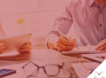#pratodosverem: notícia: Banco indenizará cliente que teve pontuação no Serasa reduzida indevidamente. Na foto, uma pessoa assinando um documento. Cores na imagem: azul, branco, prata, preto e marrom.