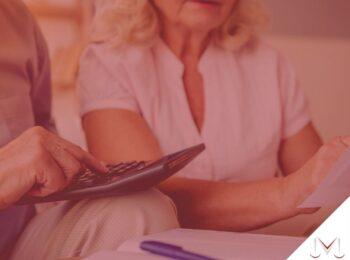 #pratodosverem: post: O que é a aposentadoria compulsória? Na foto duas pessoas estão conversando. Cores na imagem: vermelho, azul, branco, cinza e bege.