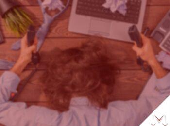 #pratodosverem: post: Quem trabalha excessivamente tem direito a uma indenização? Na foto uma pessoa com a cabeça apoiada na mesa dando sinal de cansaço. Cores na imagem: