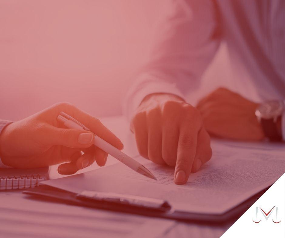 #pratodosverem: artigo: Contrato de trabalho intermitente. Na foto duas pessoas assinando um papel. Cores na imagem: branco, preto, azul,