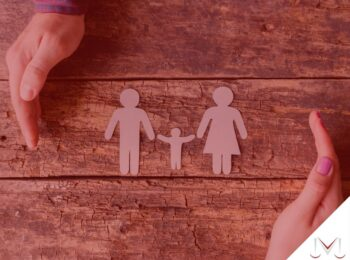 #pratodosverem: post: É possível a guarda compartilhada de filho quando os pais residem em estados ou países diferentes? Na foto, uma imagem simbolizando a proteção de uma família. Cores na imagem: Marrom, rosa e branco.