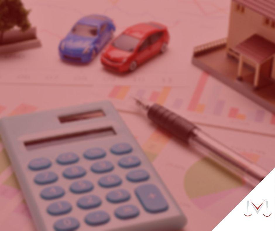 #paracegover: post: Posso vender um bem que esta sendo inventariado? Na foto, dois carrinhos de brinquedo, uma calculadora, uma caneta e uma casa de brinquedo. Cores na imagem: azul, vermelho, marrom, preto, laranja e verde.
