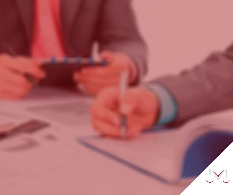 #pratodosverem: post: O que fazer quando a empresa não aceitar atestado médico? Na foto duas pessoas estão conversando e realizando anotações. Cores na imagem: azul, branco, preto, vermelho e cinza.
