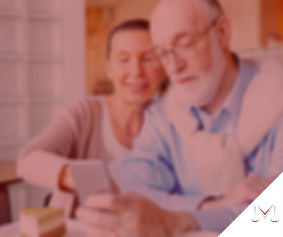#pratodosverem: post: Quem tem direito à aposentadoria especial? Na foto um casal está olhando para o celular. Cores na imagem: vermelho, azul, branco, marrom, bege e amarelo.