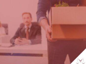 #pratodosverem: artigo: Demissão por justa causa. Na foto, uma pessoa que foi demitida está levando seus pertences dentro de uma caixa. Cores na imagem: verde, preto, azul, branco e vermelho.