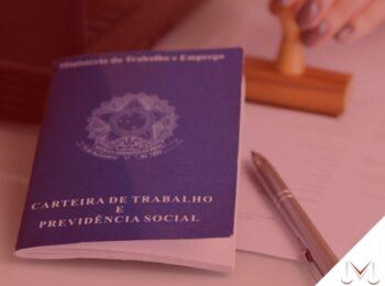 #pratodosverem: notícia: Trabalhador que foi transferido de local consegue rescisão indireta. Na foto uma carteira de trabalho, uma caneta e um carimbo. Cores na imagem: azul, branco, marrom, prata.
