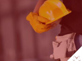 #pratodosverem: artigo: Adicionais de periculosidade e insalubridade. Na foto, uma pessoa segurando um capacete na mão. Cores na imagem: amarelo, preto, branco e bege.