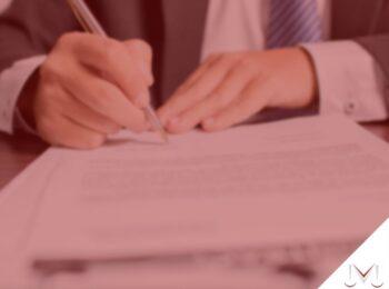 #pratodosverem: artigo: A doação de bens dos pais para filhos em vida. Na foto uma pessoa assinando um papel. Cores na imagem: branco, preto, azul e prata.