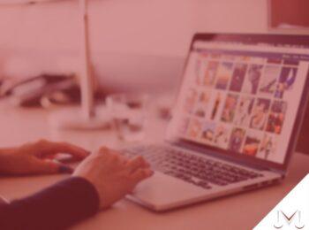 #pratodosverem: artigo: Cuidado com as publicações na internet. Na foto uma pessoa mexendo no notebook. Cores na imagem: vermelho, azul, prata, preto, cinza, laranja e amarelo.