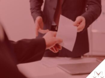 #pratodosverem: post: Alguém que está próximo de se aposentar pode ser demitido? - na foto uma pessoa entregando um papel para outra. Cores na imagem: branco, cinza, vermelho, preto e dourado.