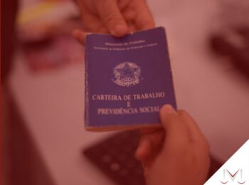 #pratodosverem: artigo: Descaracterização do contrato temporário. Na foto uma carteira de trabalho sendo entregue para outra pessoa. Cores na imagem: azul, branco, vermelho, amarelo e preto.